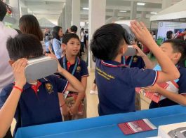 Students Try VR Headset in in Phnom Penh celebrating the 2019 National Reading Day